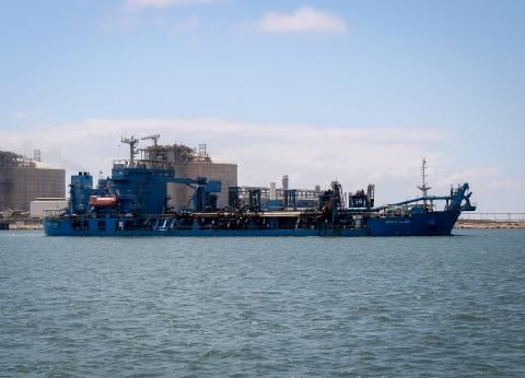 """""""الكراكة مكة"""" تجرى أعمال صيانة للممر الملاحي بميناء دمياط"""