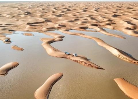 قوارب تبحر وسط الصحراء في السعودية