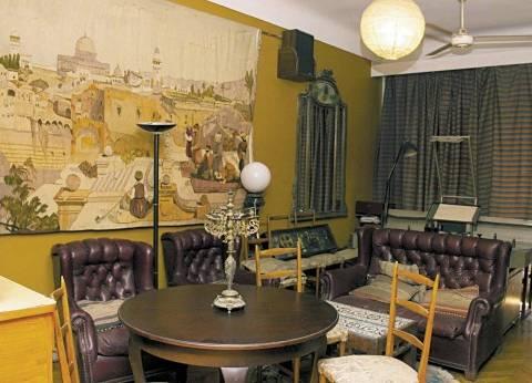 المنزل: مكتبة صغيرة مليئة بالكتب.. و«مافيولا» جمعته برفيقة مشوار «الفن السابع»