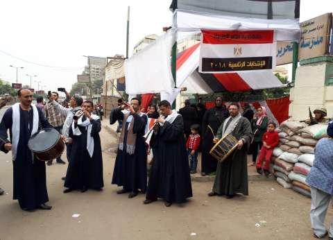 """مواطنون يحتفلون بـ""""المزمار البلدي"""" أمام اللجان في مصر القديمة"""