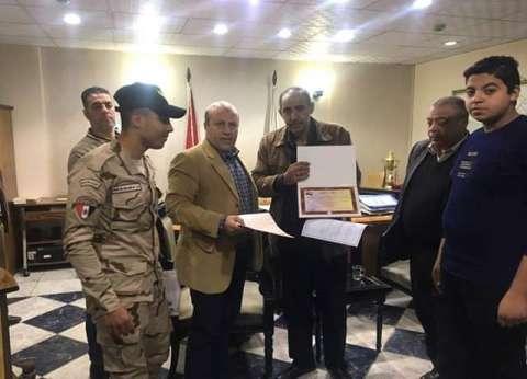 رئيس حي باب الشعرية يكرم أسرة الشهيد محمد نصر