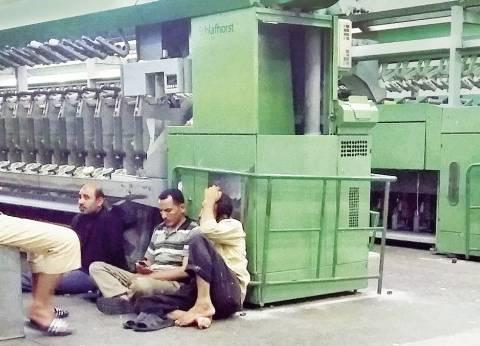 """عمال """"غزل كفرالدوار"""" يواصلون إضرابهم عن العمل للمطالبة بالـ10% علاوة"""