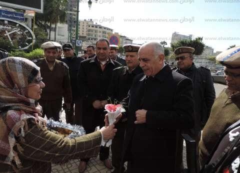 بالصور| الأمن في دمياط يوزع الورود بمناسبة الاحتفال بعيد الشرطة