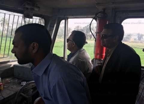 بالصور  وزير النقل يستقل قطارا من أسوان للتأكد من صيانة السكة الحديد
