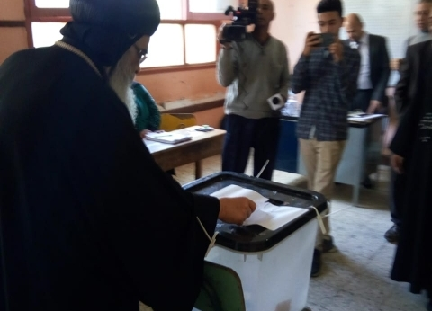 مطران الفيوم يدلي بصوته في الاستفتاء على التعديلات الدستورية