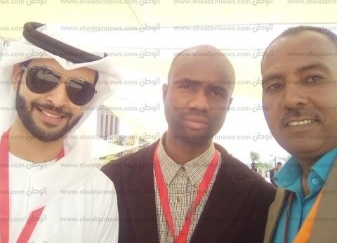 الشباب الأسواني يلتقطون صورا مع أشقائهم من العرب والأفارقة