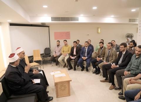 """أمين """"البحوث الإسلامية"""" يلتقي شباب الباحثين لمناقشة خطة العمل البحثية"""