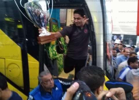 بعثة يد الأهلي تغادر مطار القاهرة بعد استقبال جماهيري حافل