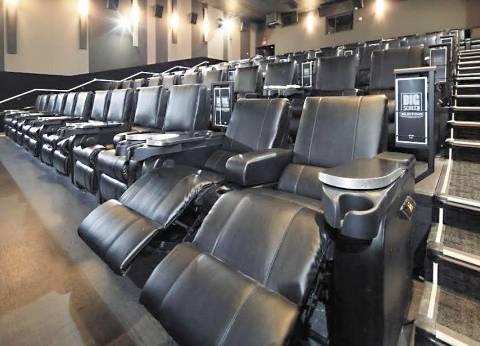سينما المرفهين: مقاعد مُريحة و«سراير» وبطاطين للاستمتاع بـ«دفء المشاهدة»