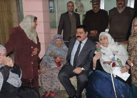 بالصور  مدير أمن الدقهلية يوزع هدايا وورود على دار مسنين في المنصورة