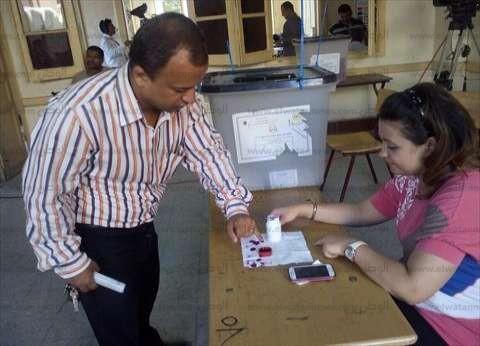 """الناخبون يواصلون التصويت بعد عودة التيار الكهربائي بمركز """"ناصر"""" في بني سويف"""