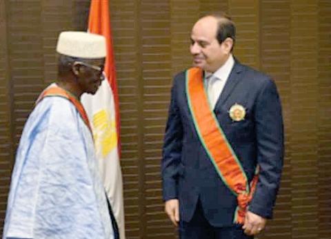 وفقا للبروتوكول.. ماذا يعني تقليد الرئيس السيسي أرفع وسام في غينيا؟