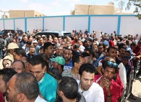آلاف العمال في طوابير الاستفتاء بلجنة صلاح نسيم بالسويس