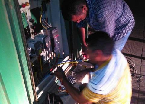 إصلاح كشافات الإضاءة وأكشاك الكهرباء بشوارع حي شرق سوهاج