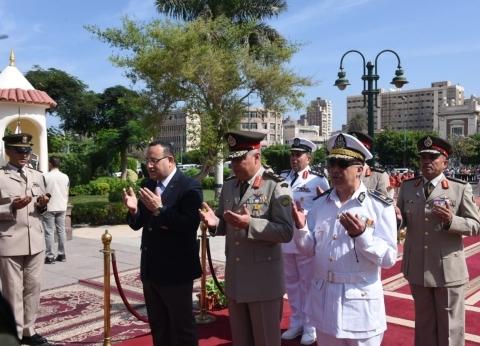محافظ الإسكندرية يضع إكليلا على النصب التذكاري بمناسبة احتفالات أكتوبر