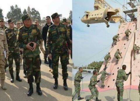 بالصور| رئيس الأركان يتابع مراحل إعداد وتدريب قوات المظلات