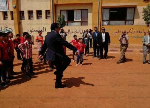 بالصور| وزير التعليم العالي يشارك طلاب مدرسة ابتدائية بأسيوط لعب الكرة