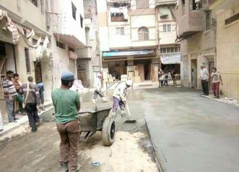 محافظ دمياط يتابع أعمال الرصف بالبلاطات الخرسانية لشوارع المدينة