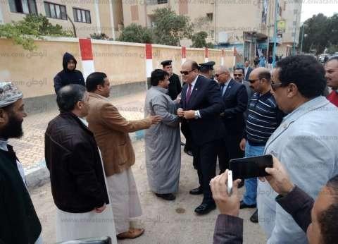محافظ ومدير أمن مطروح يتفقدان عددا من اللجان الانتخابية