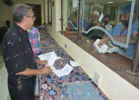 استكمال تسليم شيكات الإعانات العاجلة لأصحاب الورش بمدينة رأس غارب