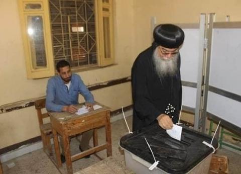 أسقف المنيا يدلي بصوته في الاستفتاء بلجنة مدرسة ناصف الإسلامية