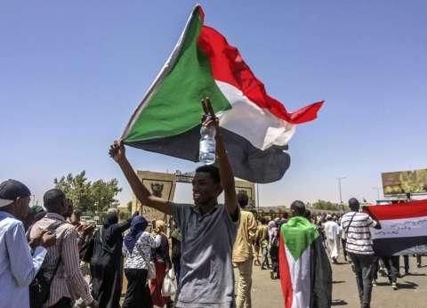 """من الجزائر إلى ليبيا والسودان.. """"تحرك الجيوش"""" كلمة سر الشعوب"""