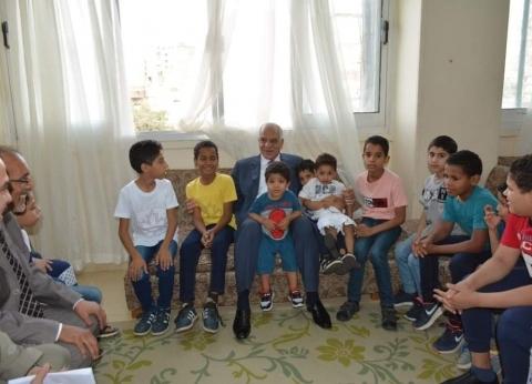 بعد صلاة العيد.. محافظ الجيزة يوزع عيديات على الأيتام والمسنين
