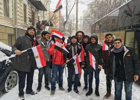 المصريون يتحدون الطقس السيئ ويدلون بأصواتهم في كازاخستان