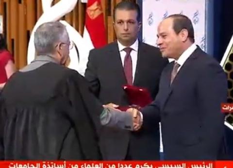 عاجل.. السيسي يكرم عددا من العلماء من أساتذة الجامعات