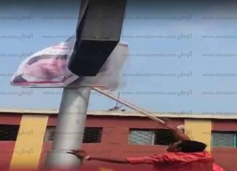 بالفيديو| مراقب يزيل الدعاية الانتخابية من أمام لجنة في الدقي