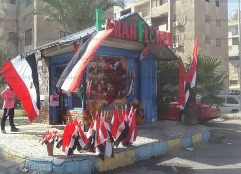 «ناصر» بيّاع الورد «زيّن» محله بأعلام مصر: «إحنا شعب بنتفائل بيه»