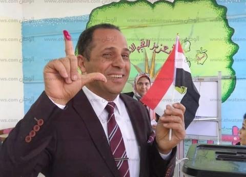 رئيس جامعة دمنهور يوزع أعلام وشيكولاتة أثناء تصويته على تعديل الدستور