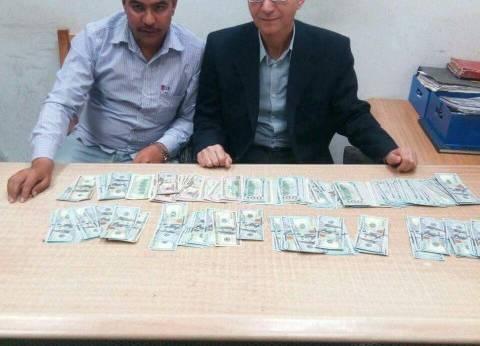 جمارك مطار برج العرب تضبط تركيا أثناء محاولة تهريب 23 ألف دولار أمريكي