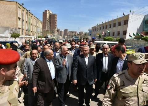 محافظ الشرقية يتفقد اللجان الانتخابية بديرب نجم: اليوم عُرس
