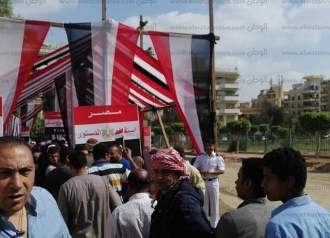 شباب يهتفون أمام لجان المقطم: تحيا مصر.. انزل وشارك
