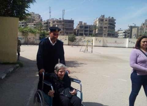 شرطي يساعد مسنة للوصول للجنتها بمصر الجديدة