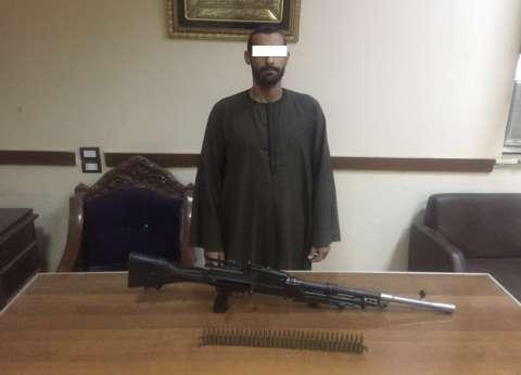 القبض على هارب من قضية سرقة وبحوزته بندقية آلية بالشرقية