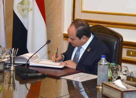 السيسي يوقع في سجل زيارات جامعة القاهرة قبل بدء مؤتمر الشباب