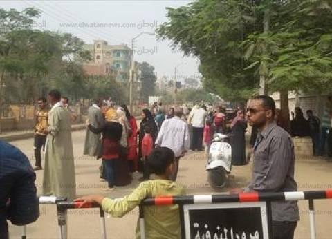مندوبو المرشحين يواصلون الدعاية لهم أمام اللجان بمنشأة القناطر في الجيزة