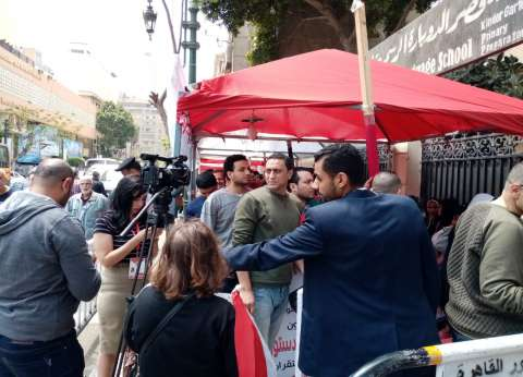 طبول وهتافات أمام لجان قصر النيل في الاستفتاء وسط تفاعل المارة