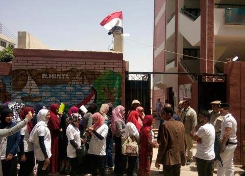 طلاب وأعضاء تدريس جامعة المنيا يتوافدون على لجان الاستفتاء