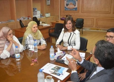 نبيلة مكرم: إعداد قاعدة بيانات للأطباء المصريين واليونانيين بلندن