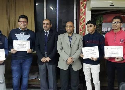 وكيل وزارة التعليم بسوهاج يكرم أوائل الإعدادية لمدارس اللغات