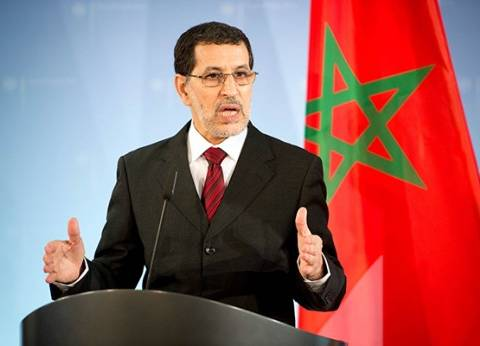"""رئيس الوزراء المغربي يشرب """"على الهواء"""" لتبديد المخاوف من تلوث المياه"""