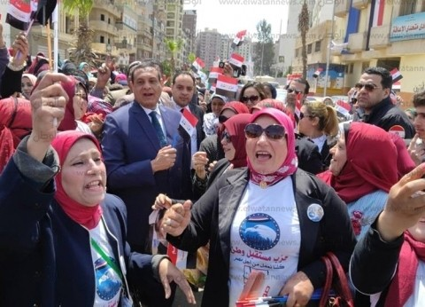 محافظ البحيرة يشارك في مسيرة نسائية تؤيد تعديلات الدستور