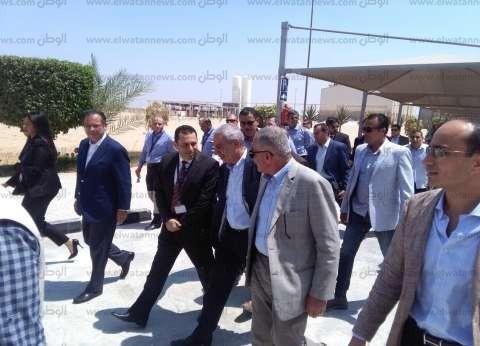 وزير التجارة والصناعة يتفقد مصنع سفنكس لإنتاج الزجاج بمدينة السادات