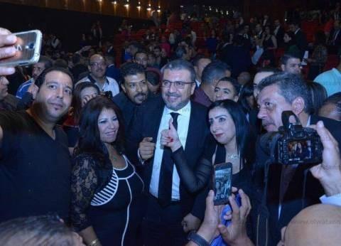 محبو عمرو الليثي يلتقطون الصور التذكارية معه بمهرجان الإسكندرية