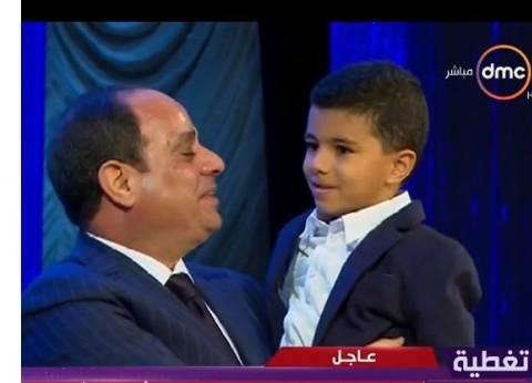 بالفيديو| نجل شهيد يهرول تجاه السيسي ويحتضنه.. والرئيس يقبل رأسه