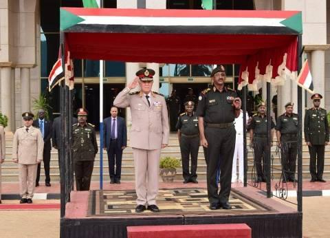 رئيس الأركان يعود إلى القاهرة بعد انتهاء زيارته للسودان