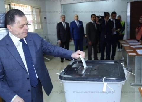 صور| وزير الداخلية يدلي بصوته في الاستفتاء: نحرص على توفير مناخ آمن